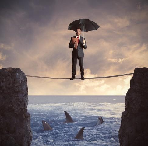 Мужчина с зонтом и акулы