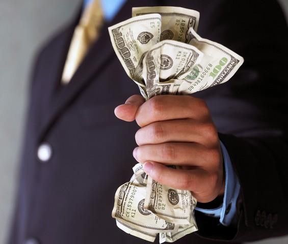 сжимая деньги