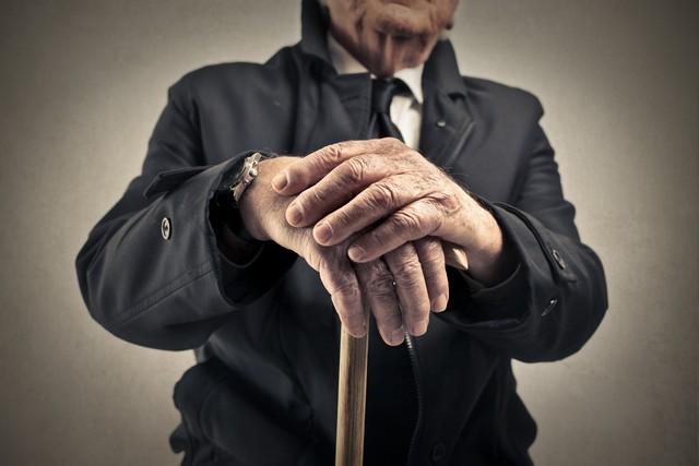 руки старого человека